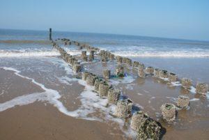 De Noordzee bij Domburg, golfbrekers